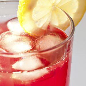 Rotes Bier Campari Getränk mit Eiswürfeln und Zitrone