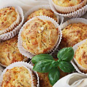 Bier-Muffins mit Basilikum angerichtet
