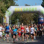 Läufer beim Einstein Marathon passieren einen Checkpoint